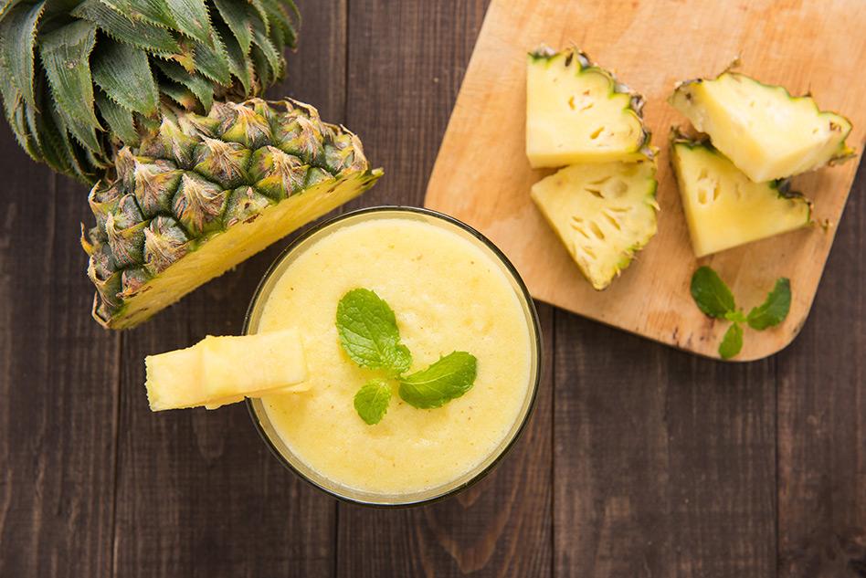 Ananas-Maracuja-Smoothie mit frischer Minze