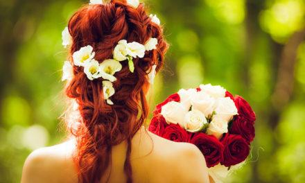 Brautfrisuren mit Blumen – von romantisch bis ausgefallen