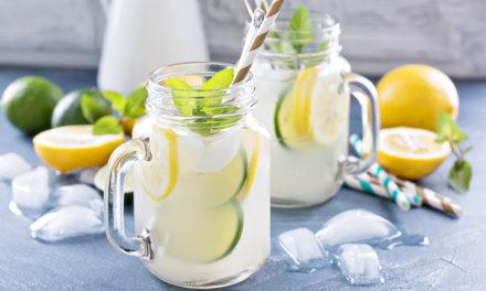 Selbstgemachte Limonade mit frischer Minze und Zitrusfrüchten