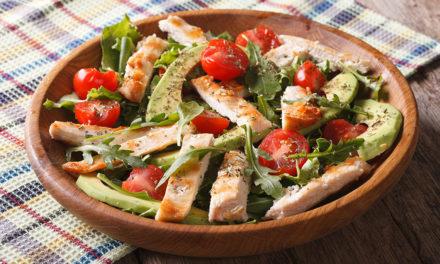 Mediterraner Avocado Salat mit Hähnchenbrustfilet