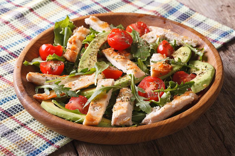 Mediterraner Avocado-Salat mit Hähnchenbrustfilet