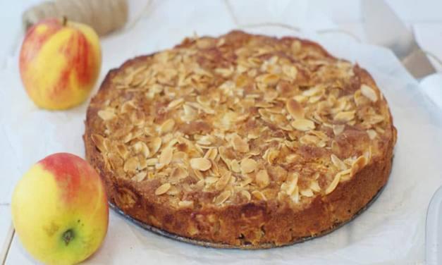 Apfel-Nusskuchen mit karamellisierten Mandelblättchen